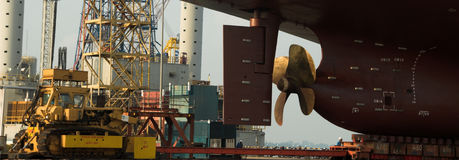 Skyttel i den torra skeppsdockan Singapore Royaltyfria Bilder