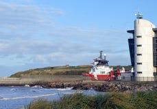 Skyttel som avgår den Aberdeen hamnen, Aberdeen, Skottland Royaltyfri Fotografi