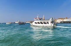 Skyttelyachtfartyg som kryssar omkring nära den San Marco fyrkanten på kanalen som är stor i Venedig Arkivfoto