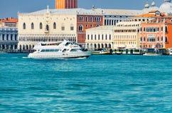 Skyttelyachtfartyg som kryssar omkring nära den San Marco fyrkanten på kanalen som är stor i Venedig Royaltyfri Bild