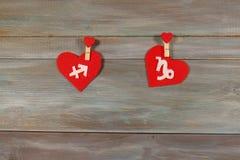Skytten och Stenbocken tecken av zodiaken och hjärta Trä Royaltyfri Bild