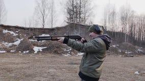 Skytten tar två skott med en hagelgevär som lägger tillbaka mellan skott lager videofilmer