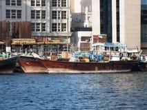 Skyttlar för segling för Dubai UAE Dhows gamla trä Royaltyfria Foton