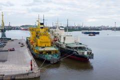 Skyttlar i St Petersburg lasthamn royaltyfri bild