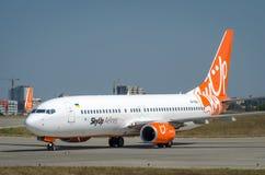 Skyup lowcoster parkeert na het landen in Kharkiv-luchthaven royalty-vrije stock foto