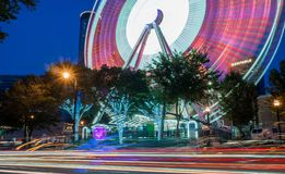 Skyview Atlanta Ferris Wheel in der Bewegung Atlanta, GA stockfotos