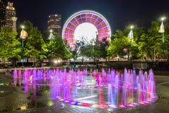 Skyview Atlanta Ferris Wheel in der Bewegung und im hundertjährigen Olympiapark-Brunnen Atlanta, GA stockfotos