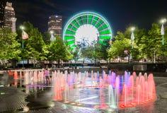 Skyview Atlanta Ferris Wheel in der Bewegung und im hundertj?hrigen Olympiapark-Brunnen Atlanta, GA lizenzfreie stockbilder