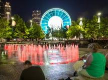 Skyview Atlanta Ferris Wheel in der Bewegung und im hundertj?hrigen Olympiapark-Brunnen Atlanta, GA stockbild
