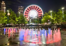 Skyview Atlanta Ferris Wheel in der Bewegung und im hundertj?hrigen Olympiapark-Brunnen Atlanta, GA stockfotos