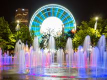 Skyview Atlanta Ferris Wheel in motie en Honderdjarige Olympische Parkfontein Atlanta, GA stock foto