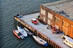 Skyview del fiume hudson con la barca a vela, la barca, il motorhome e SUV Fotografia Stock Libera da Diritti