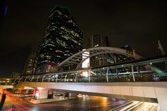 skywalk和营业所大厦背景 免版税库存照片