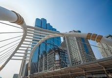 Skywalk на районе Бангкока финансовом Стоковая Фотография RF