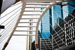 Skywalk崇公Nonsi现代桥梁设计地标风景在2017年8月14日的曼谷泰国 库存照片