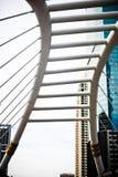 Skywalk崇公Nonsi现代桥梁设计地标风景在2017年8月14日的曼谷泰国 库存图片