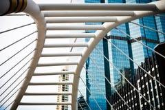 Skywalk崇公Nonsi现代桥梁设计地标风景在2017年8月14日的曼谷泰国 免版税库存照片
