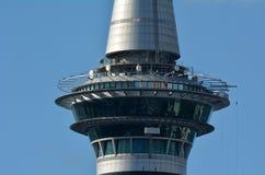 在奥克兰天空塔新西兰的SkyWalk 免版税库存图片