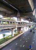 Skywalk bajo manera expresa en el 6to camino Bangkok de Rama Imagenes de archivo