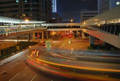 Skywalk dans la nuit de Hong Kong Photographie stock libre de droits