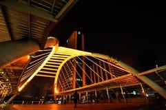 Skywalk de Chong Nonsi au skytrain de Bangkok Images libres de droits