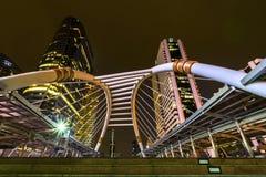 Skywalk del puente y edificios modernos Imagen de archivo