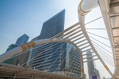 Skywalk en el distrito financiero de Bangkok Foto de archivo libre de regalías