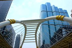 Skywalk i affärsområde, Bangkok, Thailand Arkivbild