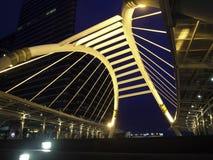 Skywalk púbico em Banguecoque na noite na zona do negócio Foto de Stock Royalty Free