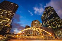 Skywalk público na noite do quadrado do centro de Banguecoque na zona do negócio Imagens de Stock