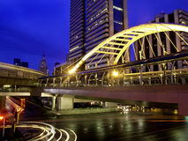 Skywalk púbico con el buildingsm moderno, Bangkok Imagenes de archivo