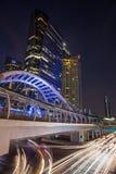 Skywalk público na noite do quadrado do centro de Banguecoque na zona do negócio Fotografia de Stock
