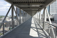 Skywalk pedonale elevato fra le costruzioni Fotografia Stock Libera da Diritti