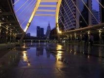 Skywalk pubico al giorno di pioggia del centro di Bangkok Fotografia Stock