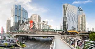 Skywalk public situé au-dessus d'une intersection au centre ville de Bangkok, Thaïlande Image libre de droits