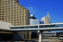 Skywalk u. Gebäude Stockfotografie