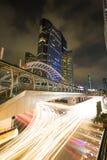 skywalk und Geschäftsbürogebäudehintergrund stockfotografie
