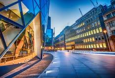 Skyward mening van de Stadswolkenkrabbers van Londen bij schemering - het UK Stock Fotografie