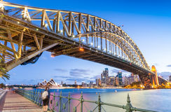 Skyward nattsikt av Sydney Harbour Bridge Arkivfoton