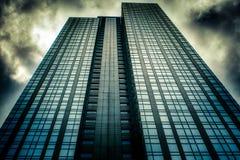 Skyward sikt av den i stadens centrum skyskrapan i Seattle, WA fotografering för bildbyråer