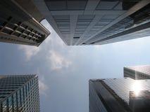 Skywards tussen de wolkenkrabbers royalty-vrije stock afbeelding