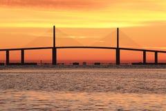 阳光在日出的Skyway桥梁 免版税图库摄影