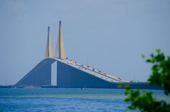 阳光在坦帕湾佛罗里达的Skyway桥梁 免版税库存照片