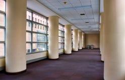 Skyway vacío entre los edificios en un ambiente urbano foto de archivo libre de regalías