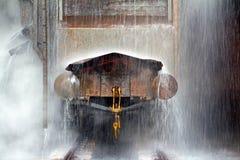 Släckning av vagnen med glödhet cola Arkivbild
