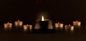 Släckta många och en som bränns stearinljus Arkivfoto