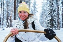 Släde Finland för hund för flickaridning skrovlig i Lapland i vinter royaltyfri fotografi