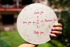 Släkt skriftligt tecken för förälskelse på plakatet Arkivfoto