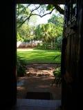 släkt utgångspunkt för dörringångsframdel Arkivfoto