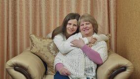 Släktingar omfamnar och ser framåtriktat till möte Modern och dottern meddelar hemma efter ett långt avskiljande stock video